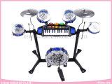 El Musical de múltiples funciones juega el instrumento del teclado con el tambor