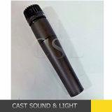 Microfono vocale collegato tenuto in mano Sm57 per karaoke/fase