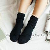 Petits MOQ reçoivent les chaussettes douces de coton de fille avec la manchette de lacet