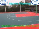 Weicher und schöner im Freien blockierensport, der für Basketball ausbreitet