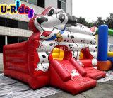スライドを持つ膨脹可能な警備員を跳んでいる異なった種類の子供