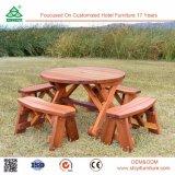 部屋のレストランの木製のダイニングテーブルおよび椅子