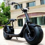 Motocicleta eléctrica verde de la bici que viaja de los Cocos eléctricos de la ciudad