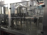 Enchimento da água bebendo e máquina automáticos cheios da selagem