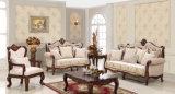Sofà classico antico del tessuto con il tavolino da salotto di legno impostato per il salone