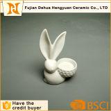 イースター装飾の白い艶をかけられた陶磁器のウサギの蝋燭ホールダー