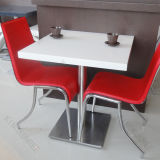 Parte superior de tabela de superfície contínua moderna do jantar do quadrado preto