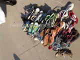 De gemengde Gebruikte die Levering voor doorverkoop van Schoenen voor de Markt van Afrika wordt gebruikt