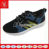 夏の網の通気性のスポーツの人の靴