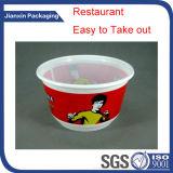 Levar embora o recipiente de alimento plástico descartável do único compartimento