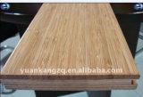 Почищенный щеткой деревянным настил пола проектированный партером деревянный