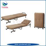 L'hôpital pliable accompagne le lit dans la salle des patients