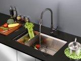 Санитарные изделия вытягивают вне кран кухни