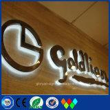 A letra clara do diodo emissor de luz iluminada para ao ar livre ilumina acima a loja do tipo