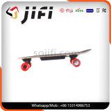 Individu sec de scooter équilibrant la planche à roulettes électrique avec à télécommande