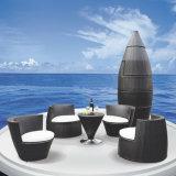 創造的なびんは屋外の庭のテラスの家具の藤の籐椅子表のソファーセットを形づけた