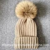 Les POM-Poms réels fabriqués à la main en ligne de la fourrure POM de raton laveur ont tricoté le chapeau