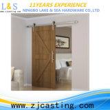 Деревянные конструкции двери с оборудованием двери амбара