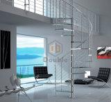 ステンレス鋼の柵が付いているガラスか木の螺旋階段
