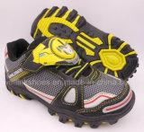 男の子のためのライトが付いている変圧器のスポーツの靴