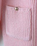 冬に赤ん坊の衣服に着せている編む女の子の子供