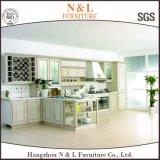 N&Lの白いペンキの純木のBlumのブランドのハードウェアの食器棚