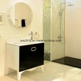隠されたハンドルの現代白黒ベーキングニスの浴室用キャビネットを壁取付けなさい