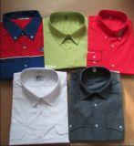Bolsillos de los hombres y camisas dobles grises de las solapas