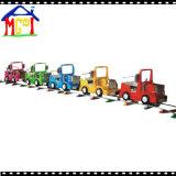 柵の遊園地装置が付いている電車