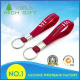 Anelli portachiavi su ordinazione del Wristband Keychains/del silicone del ricordo con il marchio progettato