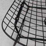 現代食事のレストランは金属のBertoia黒いワイヤー椅子をたたく