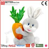 O coelho macio enchido do projeto novo do brinquedo carreg a cenoura