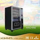 La pequeña máquina expendedora económica de energía dispensa bebidas de las latas de las botellas