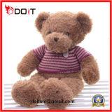赤ん坊は毛皮で覆われたプラシ天動物猫犬猿のおもちゃの人形をからかう