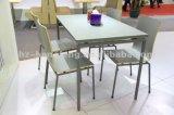 Самомоднейшие таблица и стулы трактира