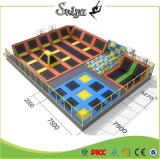 Grande sosta del trampolino di migliore zona del gioco con il pozzo della gomma piuma/piramide/cerchio di pallacanestro
