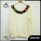 Vêtements tricotés parhiver de femmes avec le collier de crochet