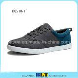 Pattini superiori bassi della scarpa da tennis degli uomini