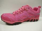 귀여운 분홍색은 운동화 형식 운동화를 위로 끈으로 묶는다
