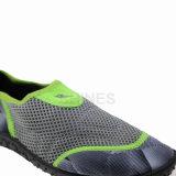 浜のプリントおよび網が付いている歩く人の水の靴