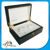 腕時計のためのボックスか黒い木の蝶番を付けられたボックスを包むカップルの腕時計