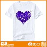 Sports du coeur des femmes exécutant le T-shirt à séchage rapide