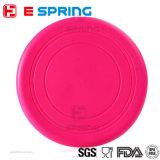 La formation extérieure d'animal familier joue le frisbee de silicones