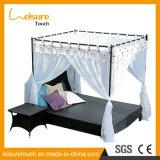 蚊帳が付いている屋外のテラス台地の家具の藤の余暇のソファーの長方形のあるベッド