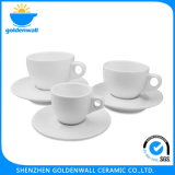 Tazza di caffè bianca della porcellana con il piattino