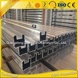 A fonte da fábrica expulsou o perfil de alumínio para a construção