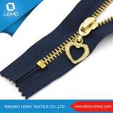 O Zipper extravagante do metal com para fora entrega o corte