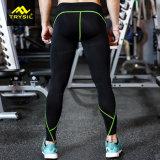 Gli sport stretti dei pantaloni degli uomini porta per la ginnastica
