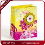 Form, die das Einkaufen-Geschenk packt Blumenpapierbeutel mit Zeichenkette einwickelt