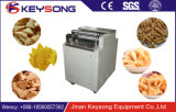 Microplaquetas fritadas dos cornetins da farinha do alimento do petisco que fazem a máquina